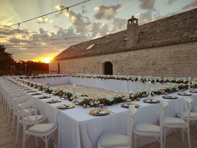 Giuvida Luxury Events - banchetto con tavola quadrata al tramonto