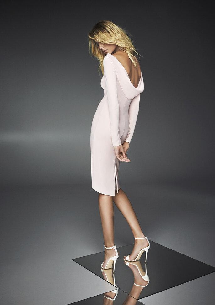 Osmoz Mariage - un modèle portant une superbe robe de soirée dos nu dénichée chez Osmoz Mariage