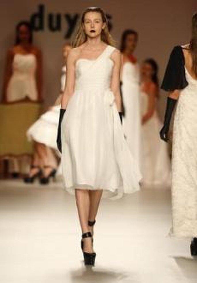 Duyos 2010 - Vestido corto en seda, talle alto remarcado con faja, escote asimétrico