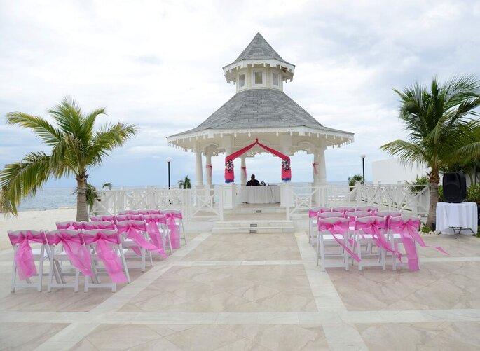 Une superbe cérémonie laïque est organisée sur un ponton devant une plage