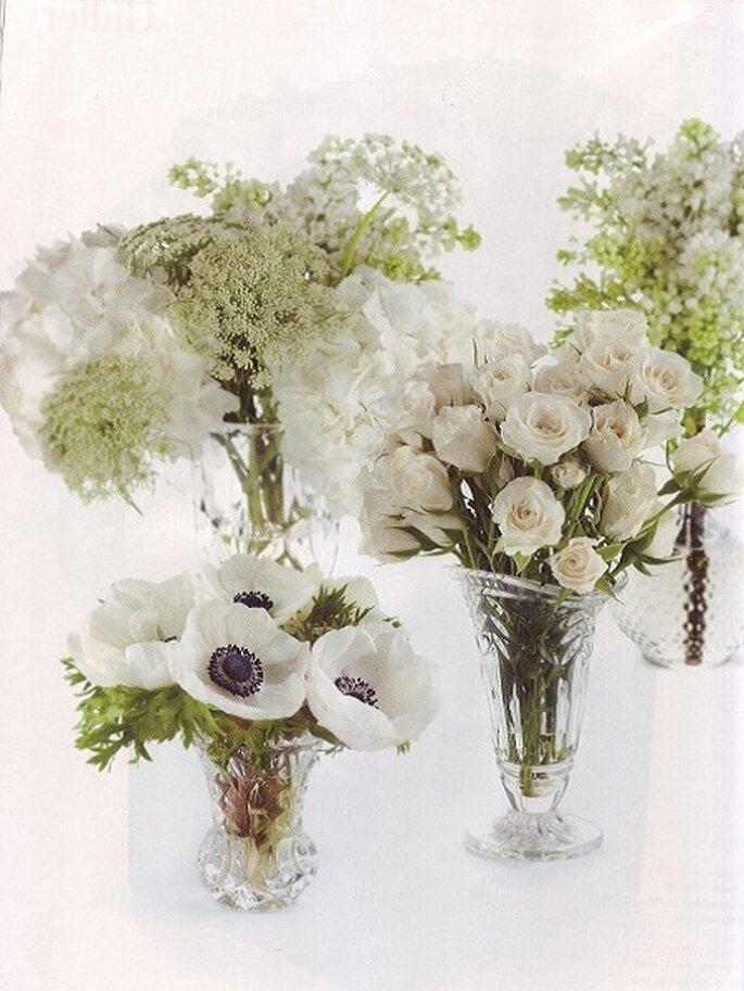 Centros de mesa con rosas blancas, anémonas y hortensias. Foto: Floresdelmundo.es