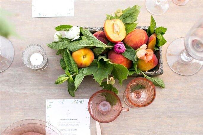 Duraznos y menta para decorar las mesas en eventos