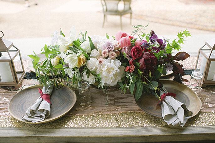 Centros de mesa con flores en colores neutros e intensos - Foto Brooke Schwab
