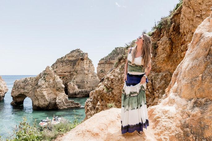 mulher na praia com falésias