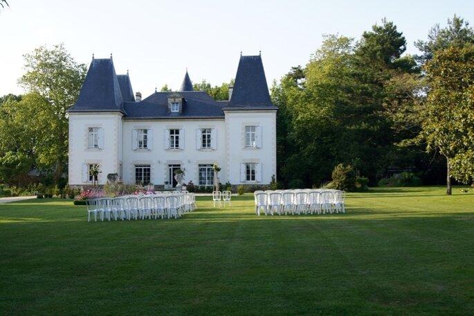 Un grand parc dans lequel va se dérouler une cérémonie laïque face au Château du Domaine de la Pinelais