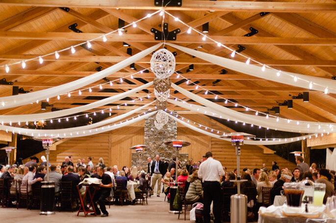 Ideas para la iluminación en una boda country. Foto: Jeff Sampson Photography
