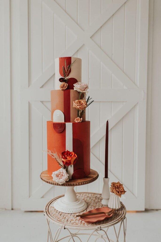 Hochzeitstorte in Rottönen mit Mustern