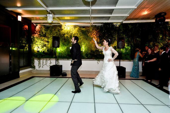 noivos dançam aos convidados