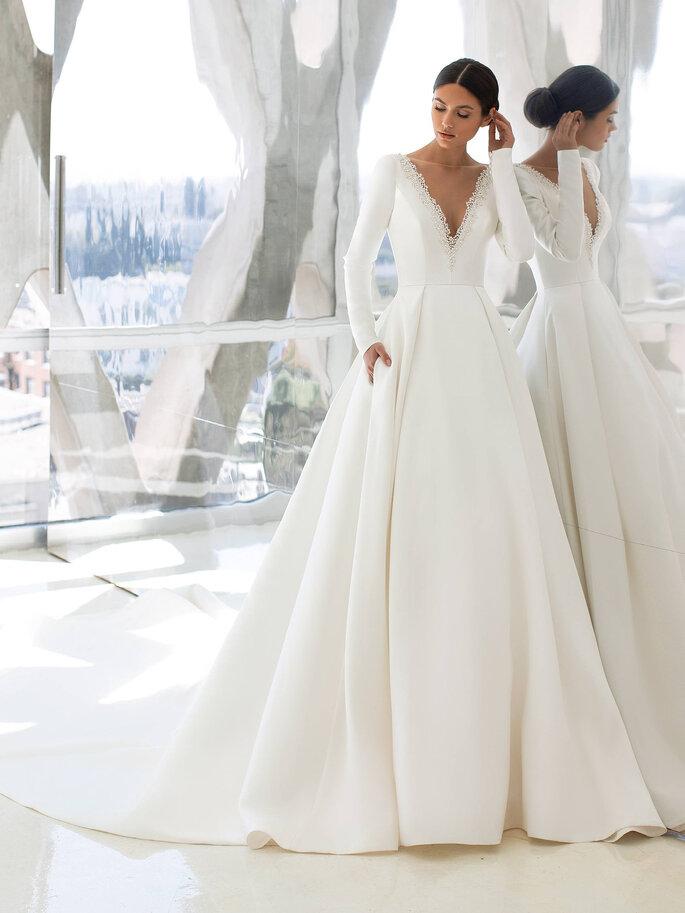 vestido de noiva corte princesa em mikado com mangas compridas justas costas descobertas e decote em V Pronovias Cruise 2021