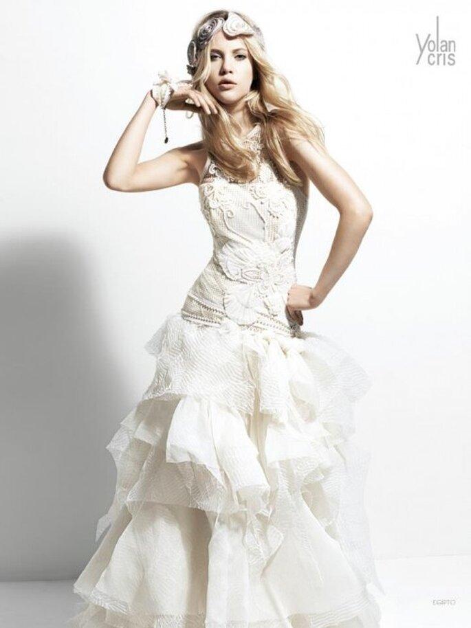 Vestido de novia con bordados, relieves y mucho volumen en las telas - Foto YolanCris