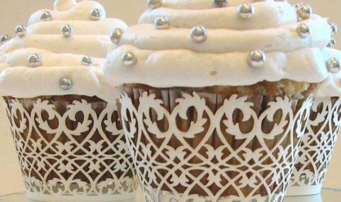 Cupcakes con perlas en wrappers elegantes. Ideales para bodas más formales. Foto: Ika Perez