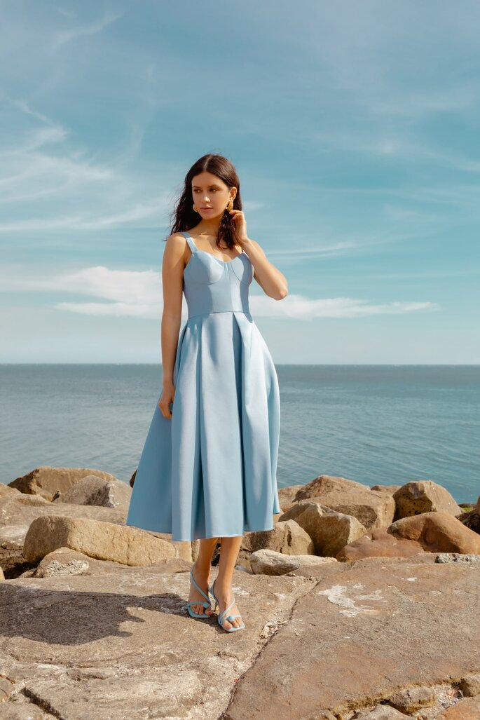 Vestido azul para fiesta de día con falda voluminosa corta