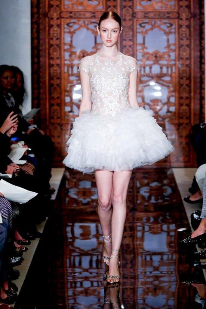 Vestido de novia corto con encaje en corpiño y mangas - Foto Reem Acra