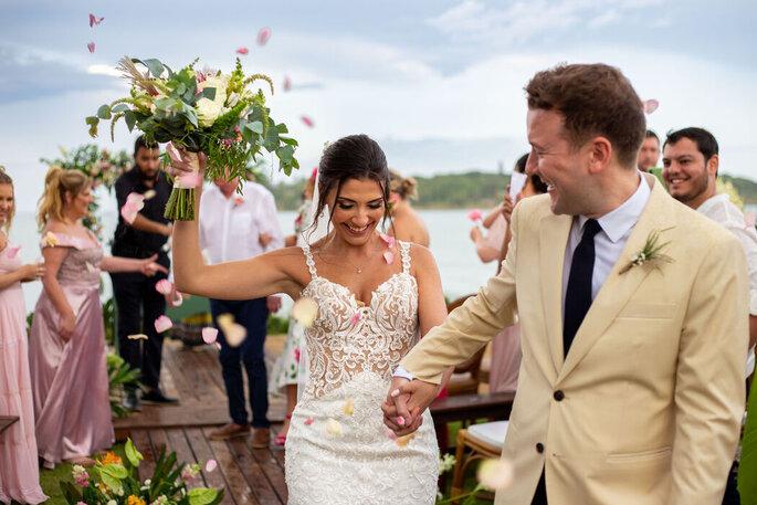 Felicidade dos noivos na saída da cerimônia