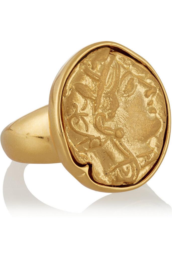 Accesorios en color dorado para una invitada muy fashionista - Kenneth Jay Lane en Net a Porter