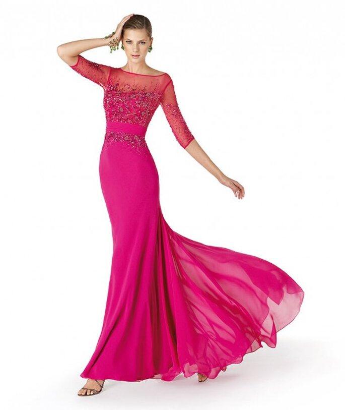Vestido de fiesta para damas de boda en color rosa intenso con apliques y cuello ilusión - Foto La Sposa