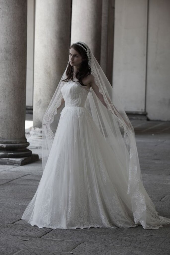 Vestido de novia 2014 en color blanco con estilo romántico y elegantes bordados con encaje - Foto Alberta Ferretti
