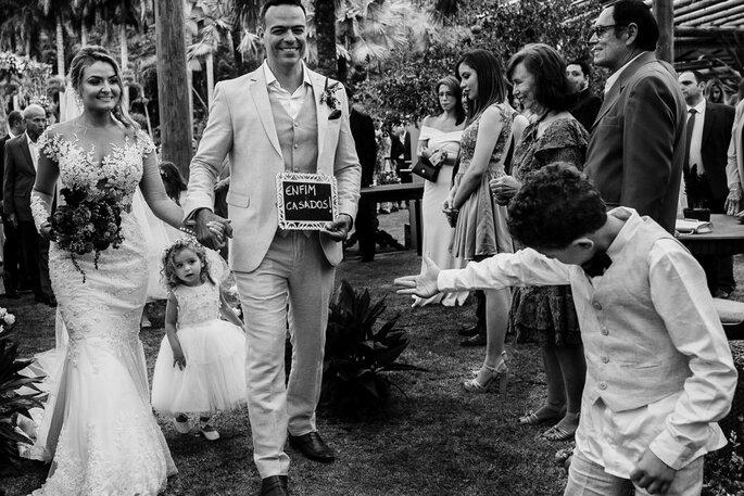 Saída dos noivos com plaquinhas