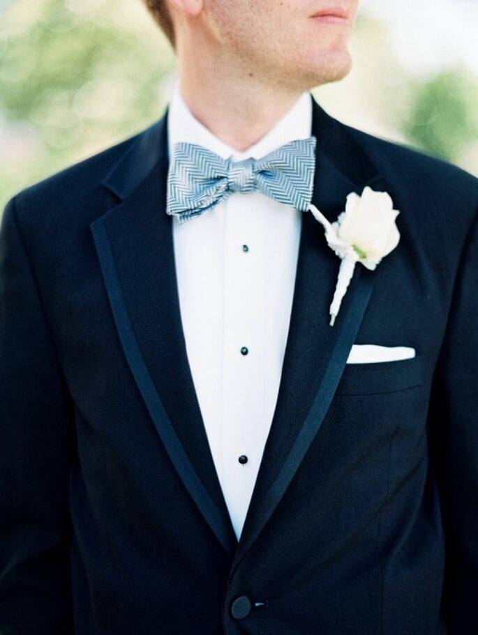 Un toque de azul sutil en la pajarita del novio - Foto Laura Gordon Photography