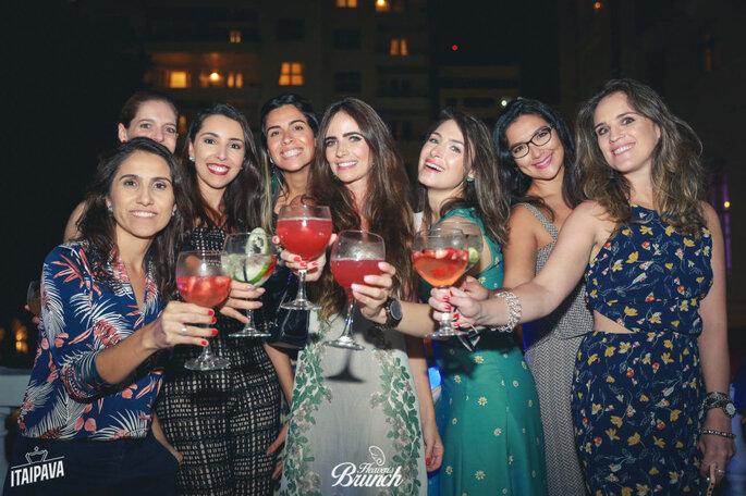 Convidadas brindam com drinques da Jigger Open Bar