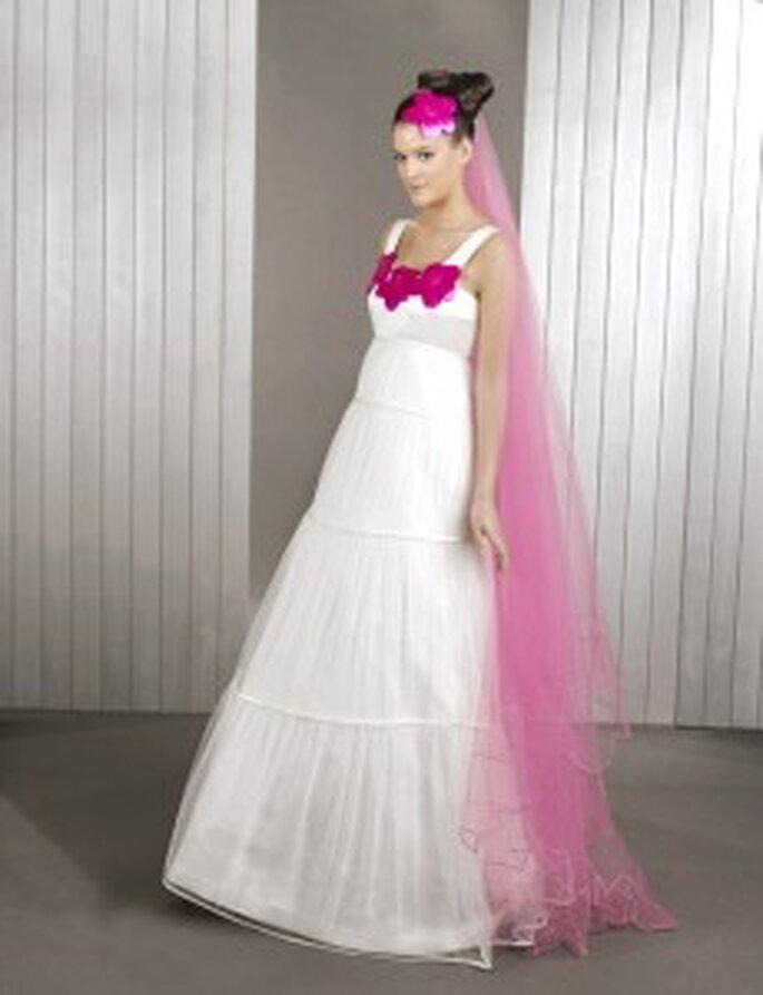 Agatha Ruiz de la Prada 2010 - Vestido largo escalonado, talle alto, detalles corazones rosados