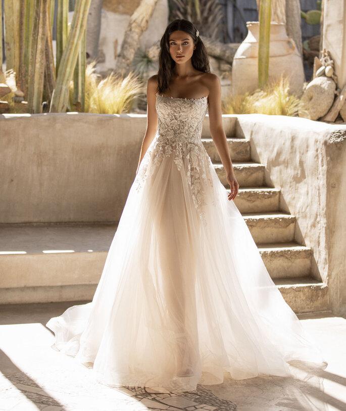 Déclaration Mariage - un modèle posant dans une robe de mariée bustier aux diverses matières et textures