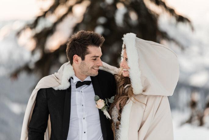 Hochzeitsfotos. Brautpaar bei Shooting im Schnee