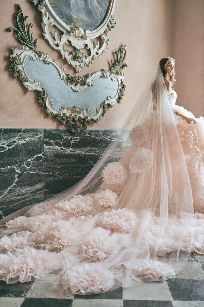 vestido de noiva princesa rosa com longo véu com aplicações grandes rosa