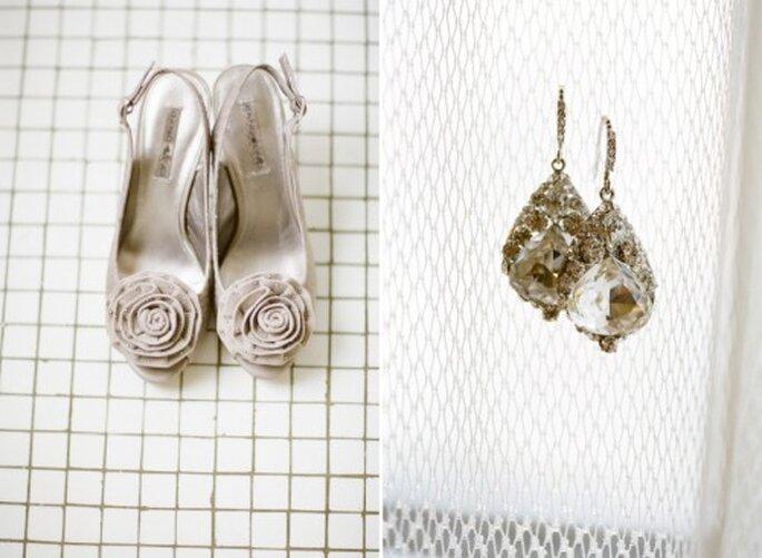Detalle de los accesorios y zapatos que eligió la novia para el día de su boda - Foto Jen Lynne