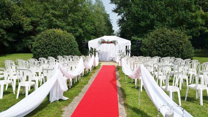 La scène d'une cérémonie laïque est prête, un tapis rouge a été déroulé.