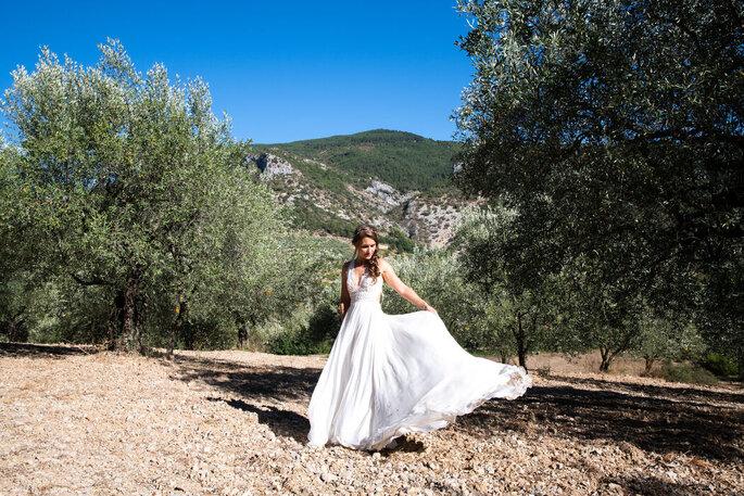 Une mariée pose au milieu des oliviers en Provence