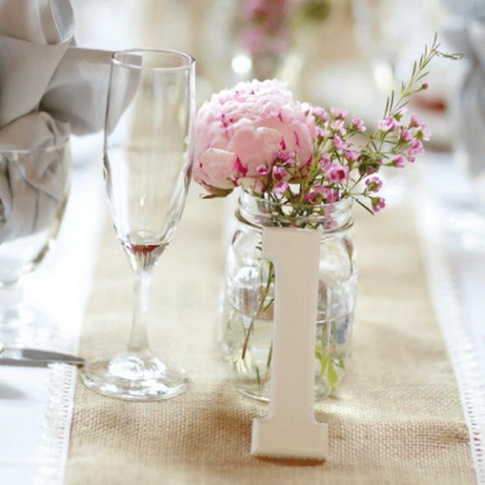 Centro de mesa en contenedor de vidrio con flores en color rosa - Foto Jen Lynne