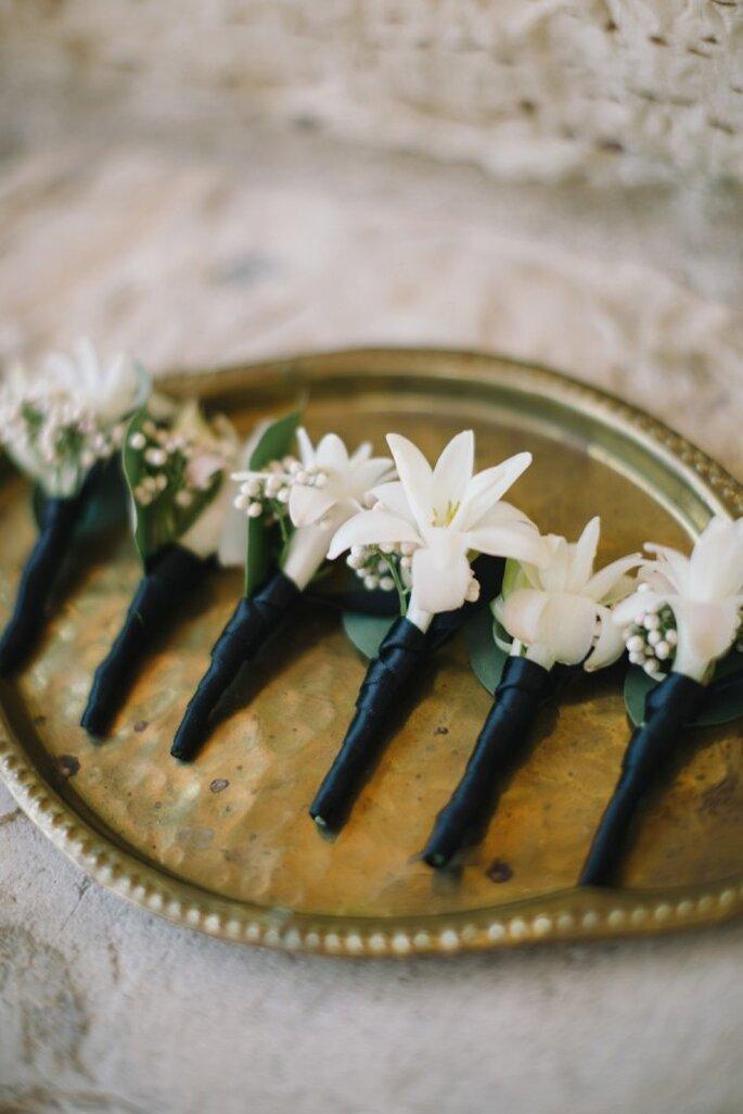 Para una boda de gala, el diseño de estos boutonnieres es simplemente perfecto - Foto Delbarr Moradi Photography