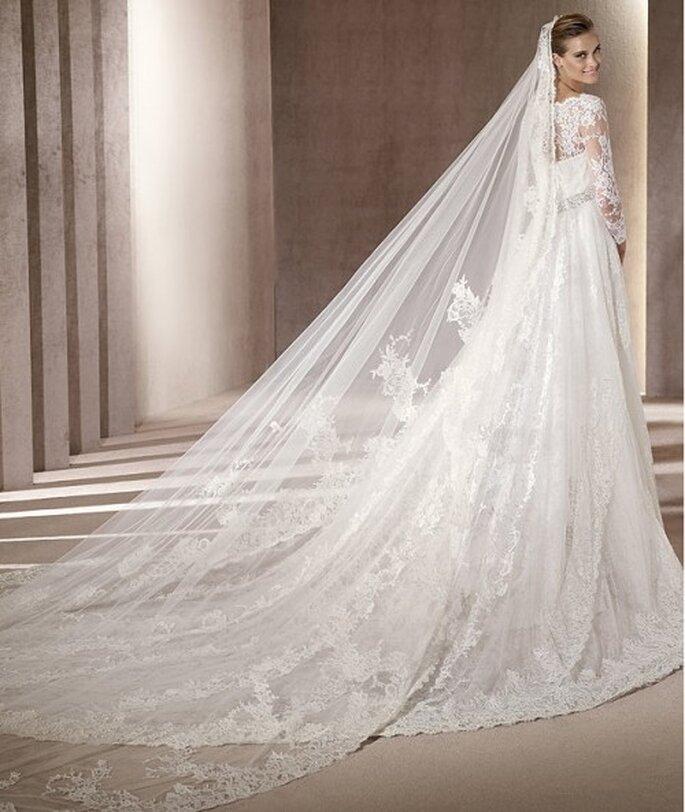 Vestido de novia de encaje y cauda larga. Pronovias 2012