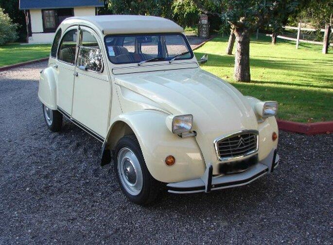 Pour un mariage version champêtre, quoi de mieux qu'une Citroën 2CV ? - Source : Location Rétro Mariage