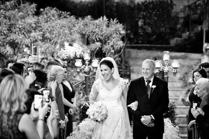 noiva entra no jardim com seu pai