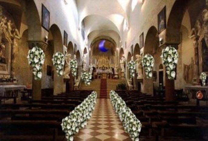 Una chiesa adornata solo con calle