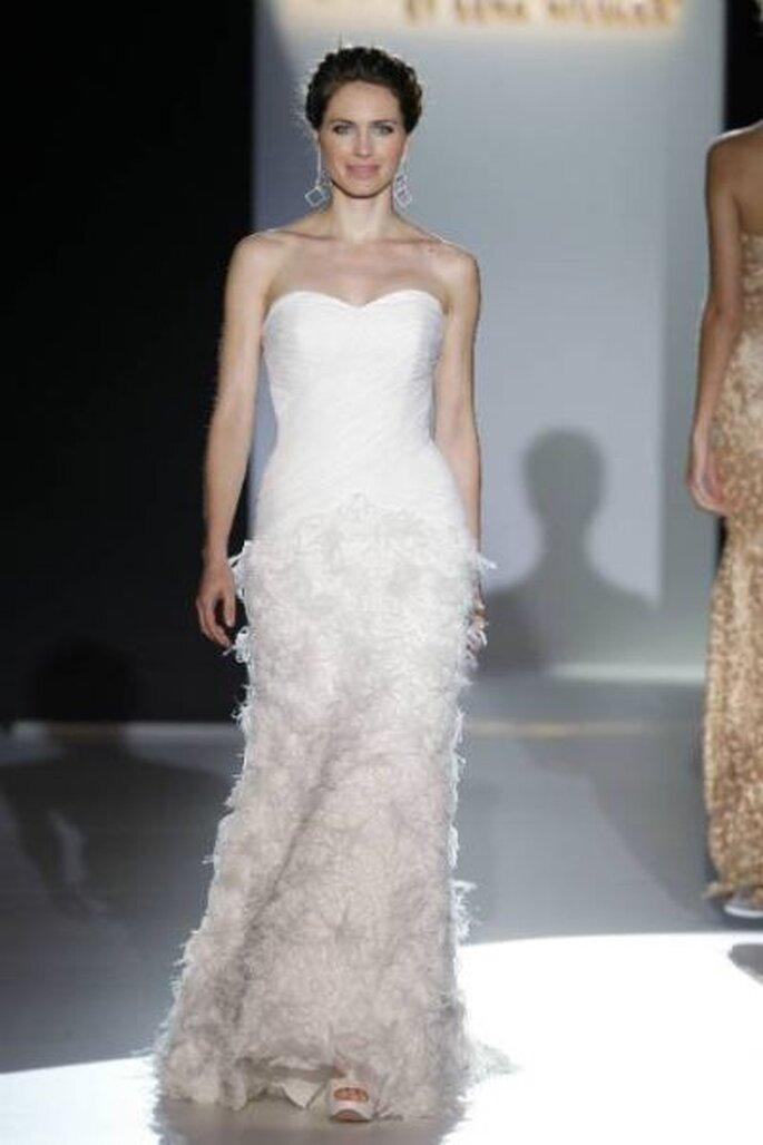 Brautkleid mit Herzausschnitt und Federn - Foto: Ugo Camera/ Barcelona Bridal Week
