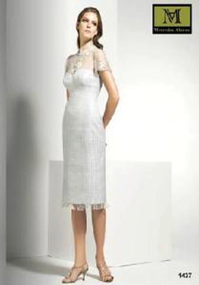Mercedes Alonso 2009 - Vestido de línea sencilla con encaje en tonos plata en escote y bajo