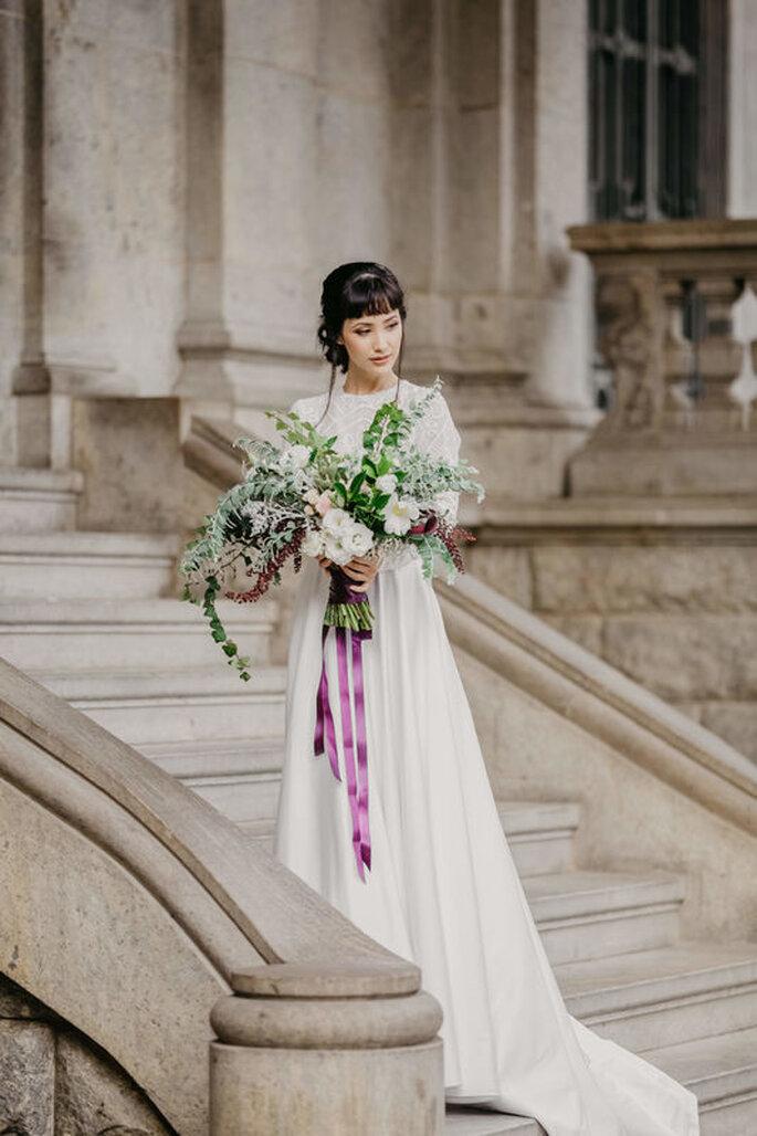 Buquê de noiva esbranquiçado com fitas roxas