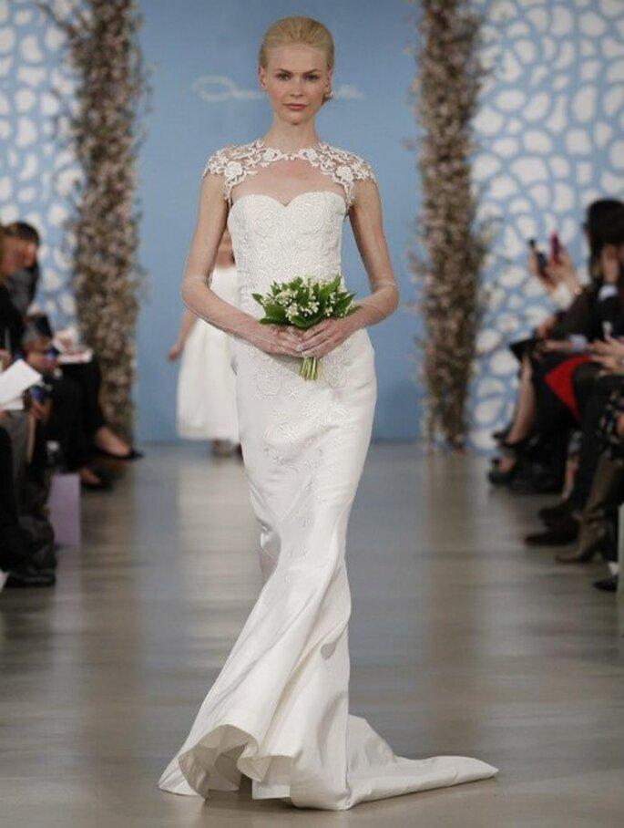 Vestido de novia confeccionado en satén con escote asimétrico al frente y mangas cortas - Foto Oscar de la Renta