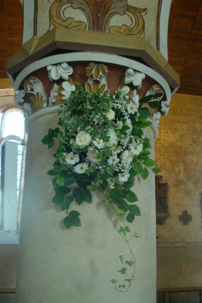 Colonne d'église fleurie : une bonne idée de décoration - Photo : Fruits, Fleurs, Feuillages
