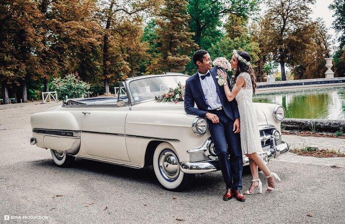 Bena Production - un instant de complicité entre deux mariés devant une voiture de collection blanche