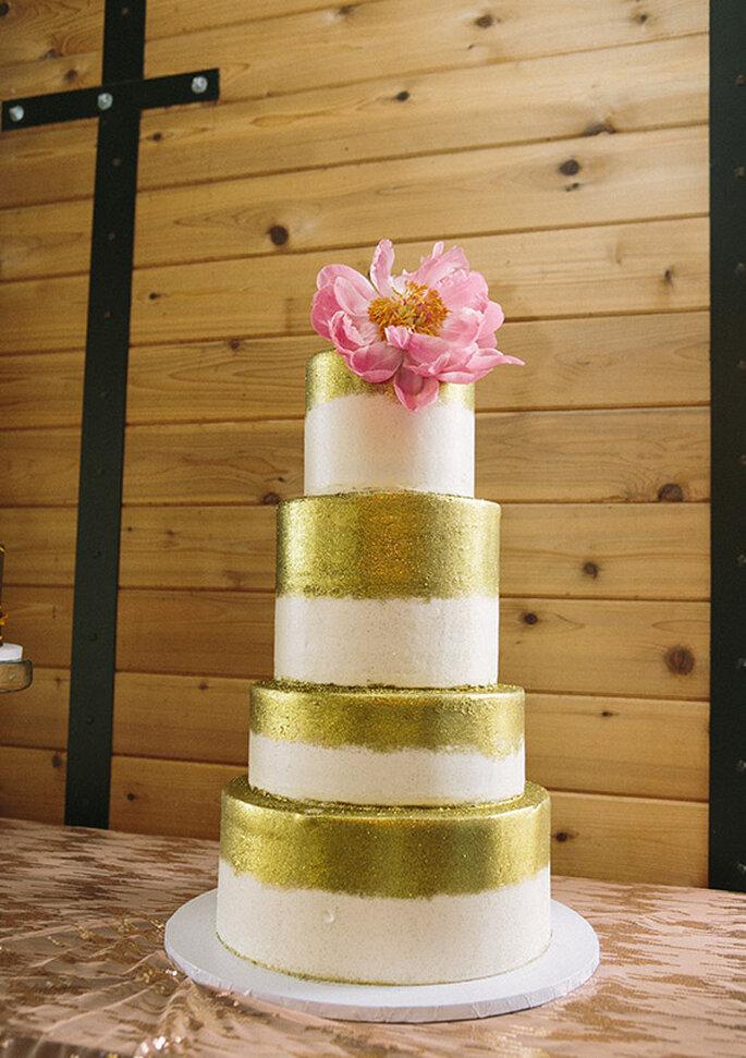 Bolo da noiva em dourado e detalhe da flor - Foto Brooke Schwab