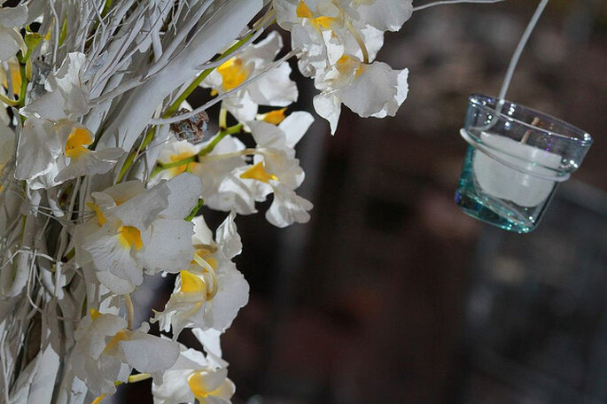Combinar flores naturales con accesorios para la decoración: una idea original para tu boda. Foto: Rocha Fotografía