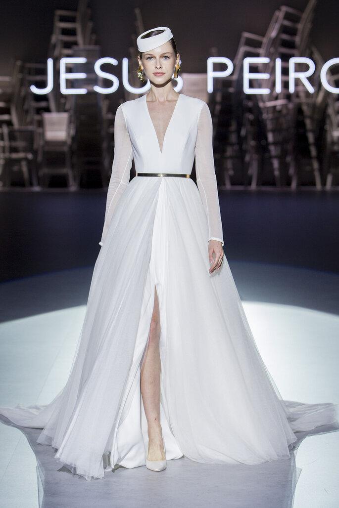 Vestido de novia escote en V con abertura central en falda