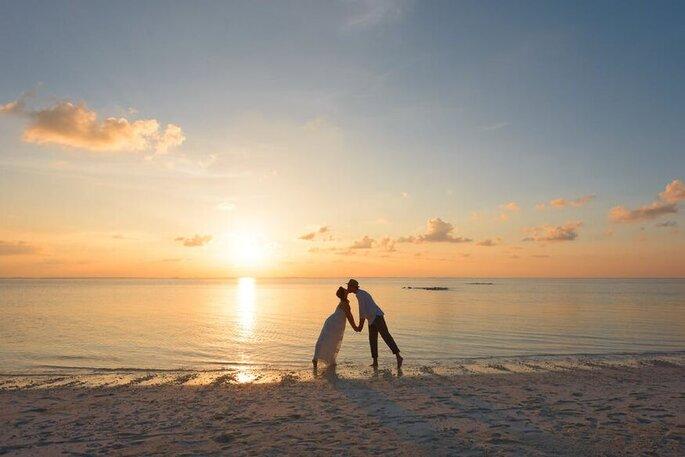 Noivos na praia do Beach Wedding - Casamento na praia