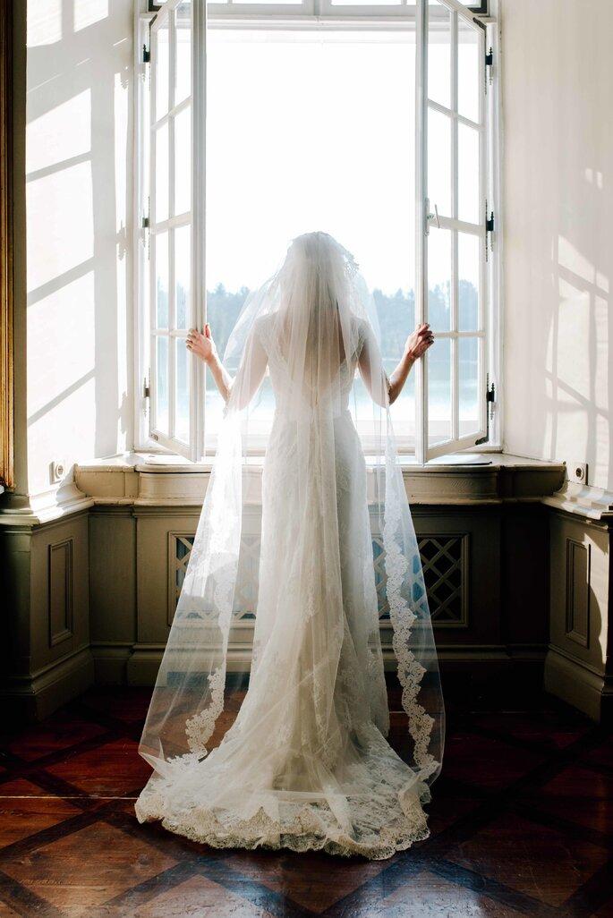 Braut vor Fenster stehend