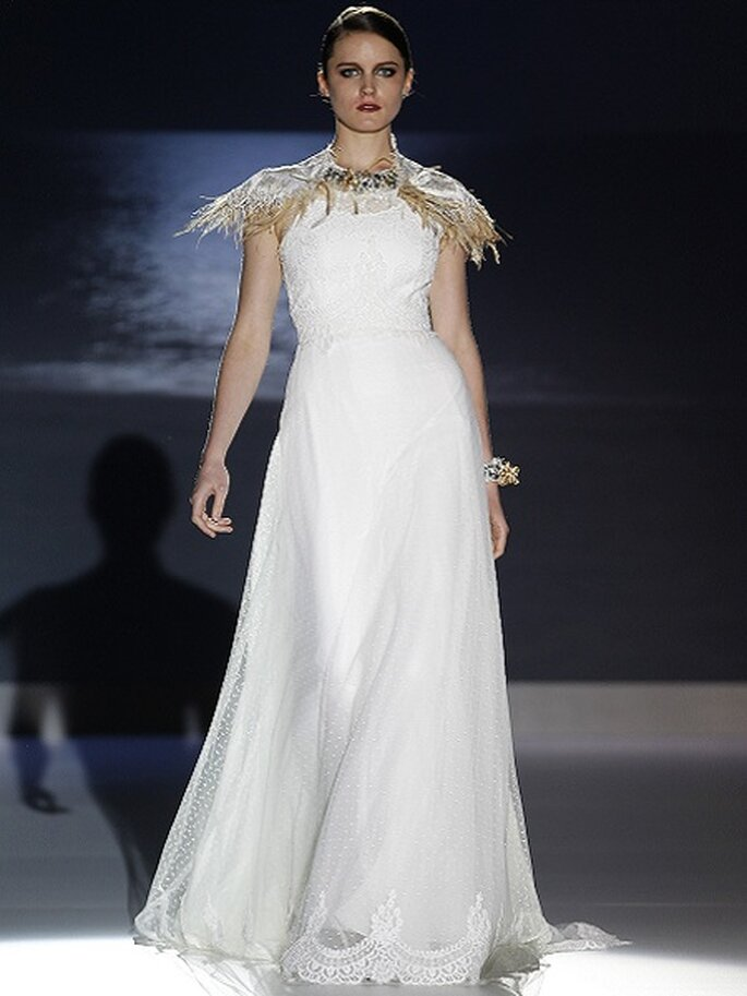 Robe de mariée sans manches avec col en tulle et pois. Collection Jesus Peiró 2013 Photo Barcelona Bridal Week