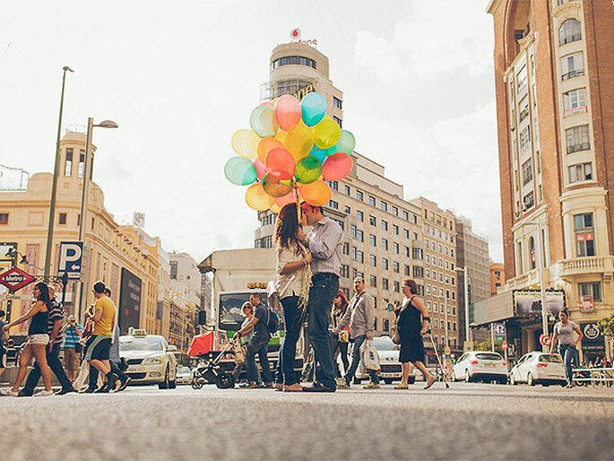 Romántica postal preboda en la plaza de Callao, en Madrid. Foto: Nano Gallego